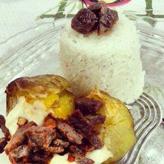 Batata assada e recheada com carne e requeijão, pimentão e molho de carne. Arroz de acompanhamento.