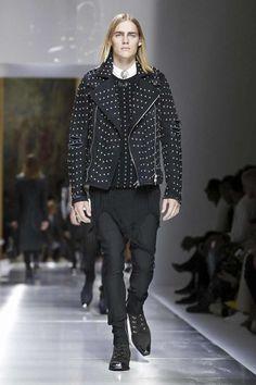 Balmain Menswear Spring Summer 2018 Collection in Paris Live Fashion, Fashion Show, Unisex Fashion, Mens Fashion, Christophe Decarnin, Runway Fashion, Paris Fashion, Fashion Trends, Spring Summer 2018