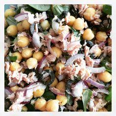 Lunch: salade van tonijn, kikkererwten, rode ui, olijven en veldsla.