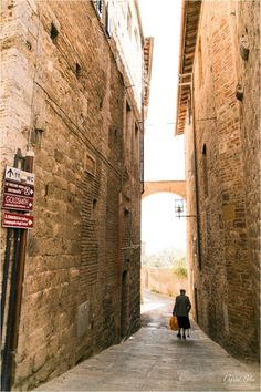 Old lady walking in San Gimignano, Italy | Italy Photography | Crystal Bolin Photography (13)