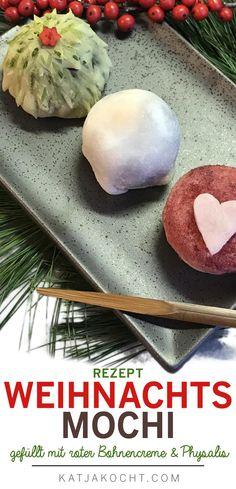 Wie wäre es im Advent mit diesen süßen Weihnachts-Mochi? Das süße japanische Konfekt aus Klebreismehlteig ist gefüllt mit einer Creme aus roten Bohnen und Physalisfrüchten. Süß, weich und fruchtig. Rezept und Schritt-für-Schritt-Anleitung auf katjakocht.com. #mochi #christmasmochi