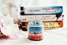 Ich bin gerade am Überlegen, welches Buch ich als nächstes lesen soll. Da warten ja so einige 😅 Und Kira Minttu ebenfalls 🙃⠀ Welches Buch lest ihr denn gerade? ⠀ Mögt ihr eigentlich lieber Fantasy, Romance, Thriller oder ganz was anderes? Oder lest ihr quer durch den Büchergarten? ⠀ ⠀ Ps: die Kerze kann ich, wie ihr seht, auch mein eigen nennen und verschönert mein Regal 😊🥰⠀ Baking Ingredients, Cookie Dough, Thriller, Candles, Fantasy, Cookies, Reading, Food, Reading Books