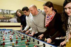 Ein Team – einige Bälle – ein übergroßer Kicker-Tisch. Hier spielen Sie nicht zu zweit oder zu viert – hier können acht bis 16 Personen gleichzeitig ein Turnier spielen.