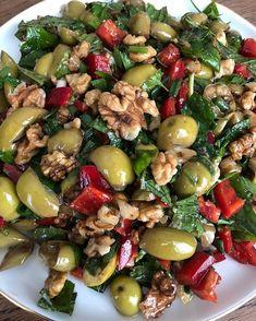 """Instagram'da @canfeezam: """"Günaydıınnn 🤗Güne misss gibi yeşil zeytin salatası ile başlamak isteyenler ayrıntılı tarif için kalp bırakabilir mi 🤩❤️…"""""""