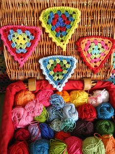 Crochet Granny Bunting- great way to use up scraps of yarn. Grannies Crochet, Crochet Triangle, Crochet Squares, Love Crochet, Crochet Motif, Crochet Yarn, Crochet Patterns, Granny Squares, Crochet Bunting