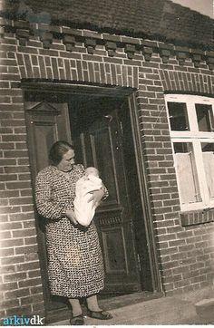 arkiv.dk | Gunhild Bjerg med Grethe fra Nejrupvej 47, Hove Høker, klinkbyhus, 1940