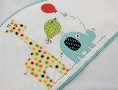 KIT com 3 peças incluindo nossas toalhas queridinhas, que os bebês usam por anos 1. Toalha de Banho - 1,00 x 1,00 m Tecido: Toalha de banho de malha atoalhado de ótima qualidade e muito macia para o seu bebê com Capuz: capuz feito em piquet bordado patchwork forrado com toalha fralda para ma...