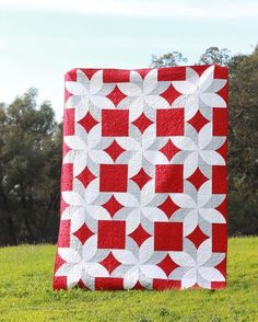 Focus on the red squares and diamonds and make that the primary design. Poinsettia quilt by federlily. #poinsettiaquilt #quickcurveruler