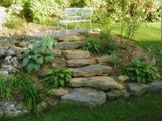 escalier en pierre qui mène vers un banc romantique