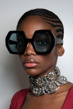 Gucci Spring 2020 Fashion Show Backstage Backstage. All the behind-the-scenes runway looks, models at the Gucci Spring 2020 Fashion Show Backstage. Fashion Week, Look Fashion, Fashion Show, Fashion Trends, Milan Fashion, Sunnies, Funky Glasses, Lunette Style, Eyewear Trends