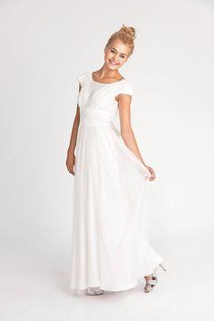 Neue Brautmode 2016 von Soeur Coeur | Friedatheres.com  ISABELLE Romantisches Brautkleid mit angeschnittenen Ärmelchen und Rundhalsausschnitt. Besonderes Highlight ist der freie Rücken und die gebundene Schleife. Abgerundet wird der romantische Look durch zwei Lagen Tüll. Komplett gefüttert.