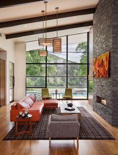 Mi úgy néz ki, lenyűgöző narancssárga - a színes és feltűnő grafikát a tégla kő kandalló, vagy a bőr ülőgarnitúra?  Ez a két darab kiemelik a szobában, és hogy ez egy élénk hangon.  A fényes nappal érkező üvegfal sokat segít megtartani a nappali jól megvilágított