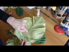Paper leaves - Very useful tutorial for crepe paper florist Paper Flower Decor, Large Paper Flowers, Paper Flower Backdrop, Giant Paper Flowers, Big Flowers, Faux Flowers, Flower Crafts, Fabric Flowers, Crepe Paper Flowers Tutorial