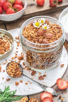 Granola à la noix de coco & aux amandes. Saveur, Granola, Breakfast, Food, Almonds, Strawberries, Morning Breakfast, Meal, Muesli