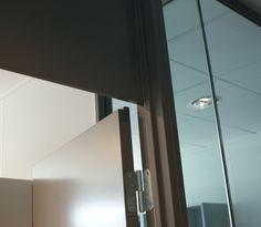Massive dører Disse har en kraftigere oppbygning enn lettdørene, og de demper lyd vesentlig bedre. Kvalitetsfølel- sen er mye høyere på en massivdør. Vi anbefaler alltid massivdører fremfor lettdører. Etter vår me- ning så gir det en vesentlig høyere kvalitetsfølelse for hele huset/leiligheten. Dørblad på M9x21 vei- er ca. 30kg.