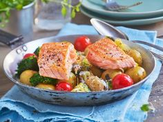Ovnsbakt laksefilet med brokkoli og tomater Potato Salad, Potatoes, Fish, Chicken, Dinner, Ethnic Recipes, Dining, Potato, Pisces