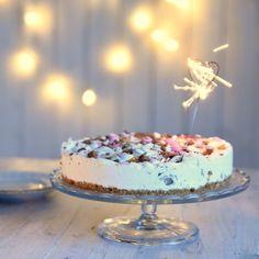 Kodin Kuvalehti – Blogit   Ruususuu ja Huvikumpu – Tee itse talven kauneimmat paperiset lumikiteet Cake, Desserts, Food, Tailgate Desserts, Deserts, Kuchen, Essen, Postres, Meals