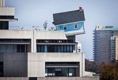 C'est à l'occasion de la célébration de la 30ème édition de la Stuart Collection que l'artiste contemporain sud coréen, Do Ho Suh, a créé cette installation hallucinante, une maison posée en total équilibre sur le bord du sommet d'un bâtiment. Le nom de l'artiste vous dit surement quelque chose et l'idée de maison posée de manière invraisemblable également, c'est normal, un récent article présentait un autre de ses projets (pour le retrouver, cliquez ici).