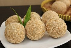 Onde-onde is a kind of cake snacks are popular in Indonesia. This cake is very well known in the area known as the city of Mojokerto. Asian Recipes, Keto Recipes, Snack Recipes, Dessert Recipes, Cooking Recipes, Snacks, Desserts, Delicious Green Beans, Glutinous Rice