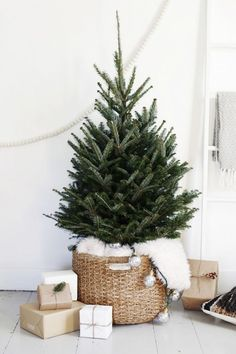 9 Minimalist Christmas Decorations You'll Want to Copy This Year Nachhaltiges Weihnachten<br> Learn how to decorate for Christmas like a minimalist with these simple Christmas decor ideas! Recreate these minimalist Christmas decorations this year! Scandinavian Christmas Decorations, Decor Scandinavian, Xmas Decorations, Natural Christmas Decorations, Modern Christmas Decor, Christmas Decorating Ideas, Christmas Centerpieces, Decorating With Nature, Scandinavian Living Rooms