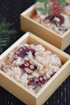 タコのうま味がダイレクトに味わえ、 おこげもごちそうのタコ飯は、 合わせる食材もシンプルに生姜と調味料のみ。