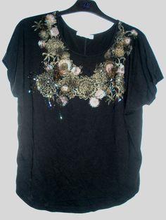 Aangeboden door vintage store Things I like Things I love: zwart shirt met korte mouwen afgewerkt met kralen, maat M.