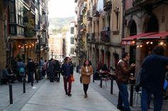 Bilbao: el desarrollo que nunca fue. Los vecinos de las calles del bilbaíno San Francisco se organizan, por su cuenta, para limar diferencias. La gentrificación promovida por los poderes públicos olvidó cuidar de la convivencia. Ibai Gandiaga / Elisa de los Reyes   ctxt · Contexo y Acción, 2016-04-08 http://ctxt.es/es/20160406/Culturas/5278/Bilbao-Barrio-de-San-Francisco-gentrificaci%C3%B3n-museo-Guggenheim-urbanismo-arquitectura-Viajes-y-ficciones.htm