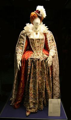 Costume of Elizabeth I, by Paul Farnsworth-Covered with over pearls that were individually sewn on. (I wonder how long and how many seamstresses took to do it! Elizabethan Costume, Elizabethan Fashion, Tudor Fashion, Elizabethan Era, Elizabeth I, Renaissance Mode, Renaissance Fashion, Historical Costume, Historical Clothing