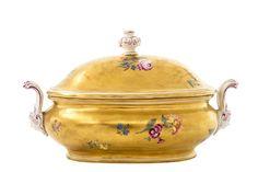 Meissen, Goldfond Terrine, um 1745 Ovale gebauchte Form mit goldenem Fond bemalt mit Blütenbuketts — Porzellan