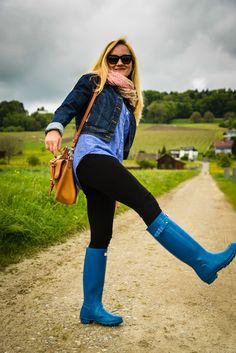 Femmes in Rubber Boots Wellies Rain Boots, Hunter Rain Boots, Hunter Wellington Boots, Ladies Wellies, Horse Riding Boots, Rain Boots Fashion, Hunter Boots Outfit, Rainy Day Fashion, Vogue