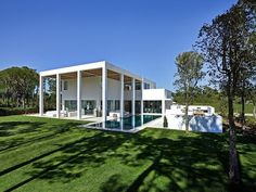In some way a bit of a modern White House. de Blacam and Meagher Architects have designed the San Lorenzo North House located in Quinta do Lago, Portugal. Portugal, Style At Home, Architecture Résidentielle, Design Exterior, 3d Home, Luxury Villa, Home Fashion, Modern Farmhouse, Beautiful Homes