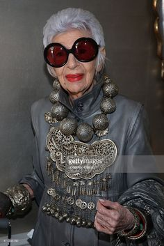 Iris Apfel attends VIOLET GREY's She's So Violet Garden Tea honoring Iris Apfel on April 2015 in Los Angeles, California. Over 50 Womens Fashion, Fast Fashion, Costume Ethnique, Violet Garden, Iris Fashion, Look Star, Estilo Hippie, Cooler Look, Advanced Style
