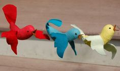 Little Bird in Flight A Free Sewing Pattern – Felt birds ornaments Bird Crafts, Felt Crafts, Fabric Crafts, Sewing Crafts, Sewing Projects, Craft Projects, Craft Ideas, Felt Patterns, Bird Patterns