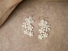 Daisy lace earrings ivory pearl beaded irská krajka, lace earring, craft idea, ivori pearl, daisi lace, crochet jewelri, fun jewelri, earring ivori
