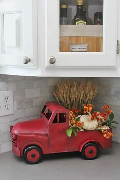 Cozy fall home tour with traditional fall colors and a farmhouse style touch. Cozy fall home tour with traditional fall colors and a farmhouse style touch. Beautiful ideas for fall decorating in the kitchen. Retro Home Decor, Fall Home Decor, Autumn Home, Diy Home Decor, Vintage Fall Decor, Fall Kitchen Decor, Vintage Red Truck Decor, Ideas Vintage, Diy Kitchen