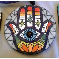 Mano De Fátima - Hamsa En Mosaico Artístico 15 Cm - $ 280,00 Mosaic Rocks, Mosaic Glass, Stained Glass, Glass Art, Hamsa Art, Mosaic Diy, Hand Of Fatima, Mosaic Designs, Letters And Numbers