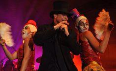 Netinho no seu show em palco em 2010.