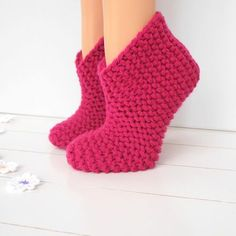 Hausschuhe ganz einfach und schnell stricken – Grobstrick easy – Strickanl… Knit slippers easily and quickly – Grobstrick easy – knitting instructions from Makerist How To Start Knitting, Knitting For Beginners, Easy Knitting, Knitting Socks, Knitted Slippers, Knitted Bags, Knitting Designs, Knitting Patterns, Making Scarves