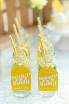 Für die Gartenhochzeit: gelbe Gläser mit Anhänger.