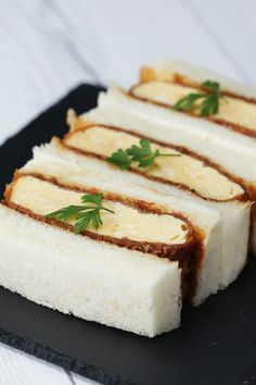 カツはカツでも、卵焼きを衣で包んだ、卵カツ。みなさん、食べたことありますか?サクサクの衣とふわふわな卵焼きがベストバランス!ピリッとからしバターが効いていて、ハマってしまう美味しさです♪ぜひ作ってみてくださいね! Japanese Sandwich, Japanese Food, Tasty Video, Pulled Pork Burger, Healthy Sandwiches, Aesthetic Food, Aesthetic Videos, Food Menu, Food Videos