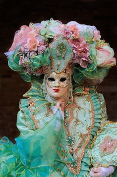 Carnevale di Venezia mask and costume in lovely pastels with gold trim. A really frothy costume! Venice Carnival Costumes, Mardi Gras Carnival, Venetian Carnival Masks, Carnival Of Venice, Venetian Masquerade, Masquerade Party, Masquerade Masks, Venitian Mask, Arte Peculiar
