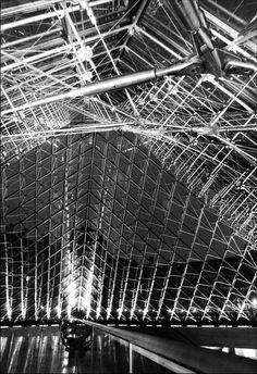 Louvre, intérieur de la pyramide de nuit   Photo Serge Sautereau  http://www.serge-sautereau.com/
