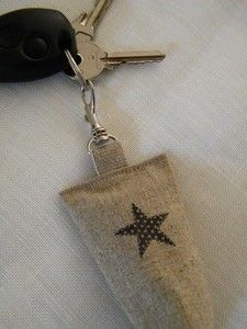 Image of Porte clés lin 'Berlingot étoile'. Would make the car smell lovely too! New Crafts, Sewing Crafts, Little Nice Things, Little Presents, Key Fobs, Key Chain, Couture Sewing, Linens And Lace, Twinkle Twinkle Little Star