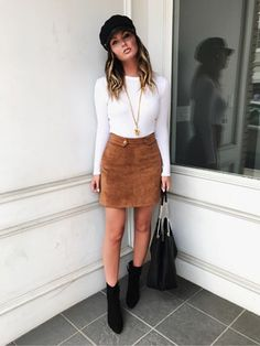 how to wear a brown skirt : bag + whit top + black boots + hat Cute Fall Outfits, Winter Fashion Outfits, Fall Winter Outfits, Autumn Winter Fashion, Trendy Outfits, Fashion Fall, Winter Skirt Outfit, Fall Skirt Outfits, Moda Boho