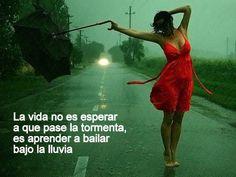 La vida no es esperar a que pase la tormenta, es aprender a bailar bajo la lluvia