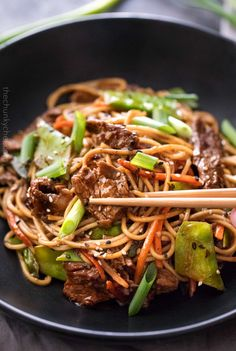 Sesame Garlic Beef Stir Fry - The Chunky Chef This easy sesame beef stir fry is incredibly flavorful and easy! serve with authentic ramen noodles, over rice, or in a lettuce cup for a lower carb version! Lamb Stir Fry, Beef Noodle Stir Fry, Steak Stir Fry, Stir Fry Noodles, Beef And Noodles, Ramen Noodles, Steak Stirfry Recipes, Wok Recipes, Stir Fry Recipes
