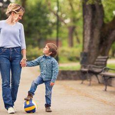 """Kreativ sein: 10 Fragen an dein Kind, die besser sind als """"Wie war dein Tag? Kids And Parenting, Parenting Hacks, Baby Co, Au Pair, Baby Kind, Babysitting, Family Life, Good To Know, Your Child"""