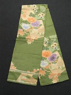 Zestful vintage maru obi has kaede (maple leaf), kiku (chrysanthemum) and gourd motifs, which are gracefully dyed. Some parts of design are embroidered.