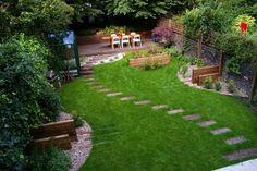 pas japonais dans le jardin menant vers la terrasse en bois
