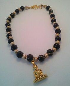 Buddha Kette aus Achat 12 mm und Gold perlen.